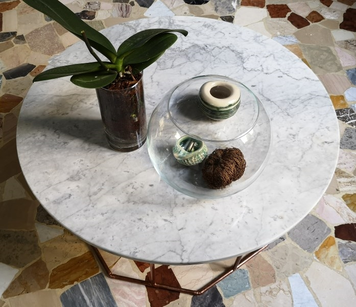 Carrara marble table with copper tubes structure